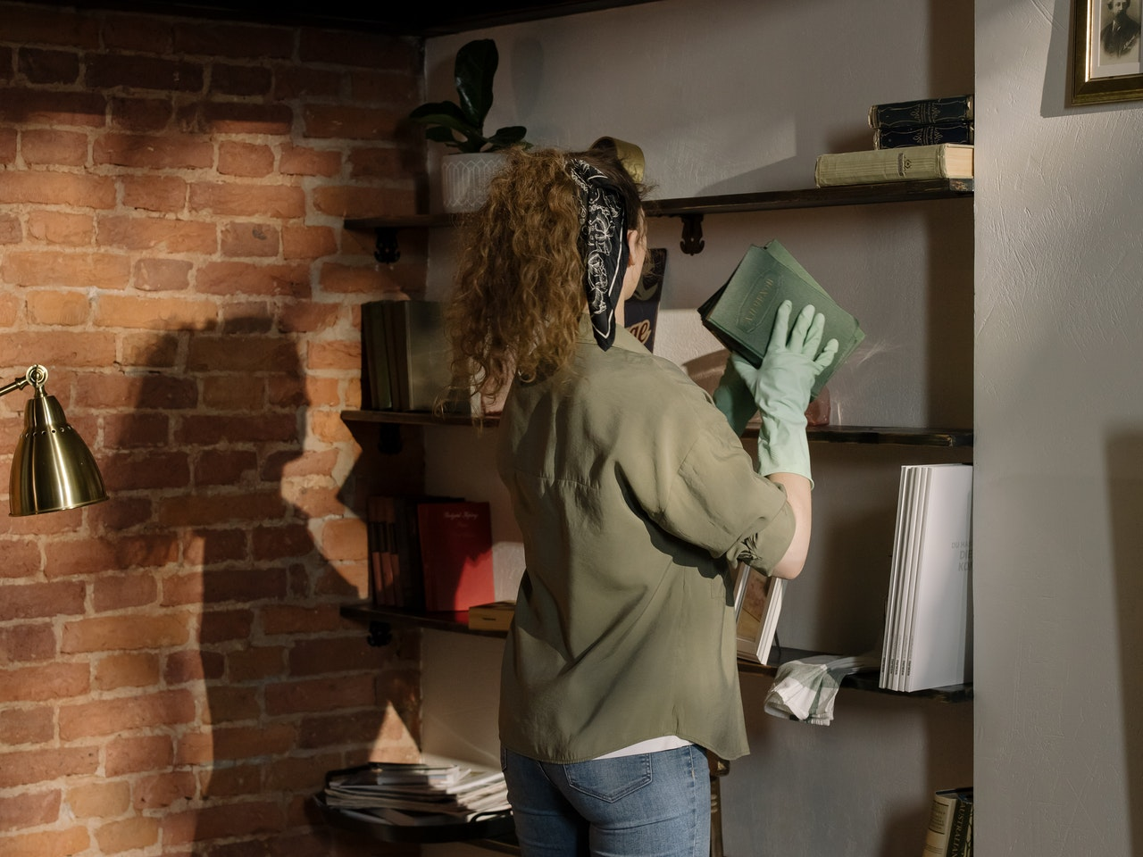 Frau putzt Regale
